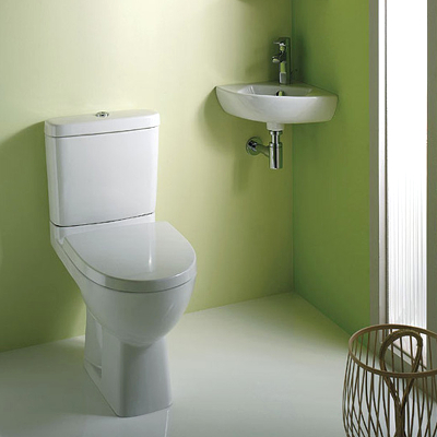 Маленькая угловая раковина в туалете
